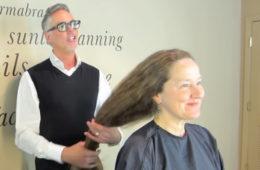 Она 30 лет отращивала волосы, а затем отрезала их одним махом. Теперь эту женщину не узнать!  ВИДЕО