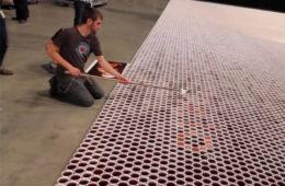 Он поставил 66 000 стаканчиков с водой на пол. Вы потеряете дар речи, когда увидите, что получилось в итоге. ВИДЕО