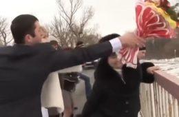 Видео: Невеста бросила букет в реку. Через секунду гости кричали от ужаса, увидев ЭТО!