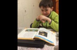 ВИДЕО: Первоклашка учит стих! Мы смеемся всей редакцией!)